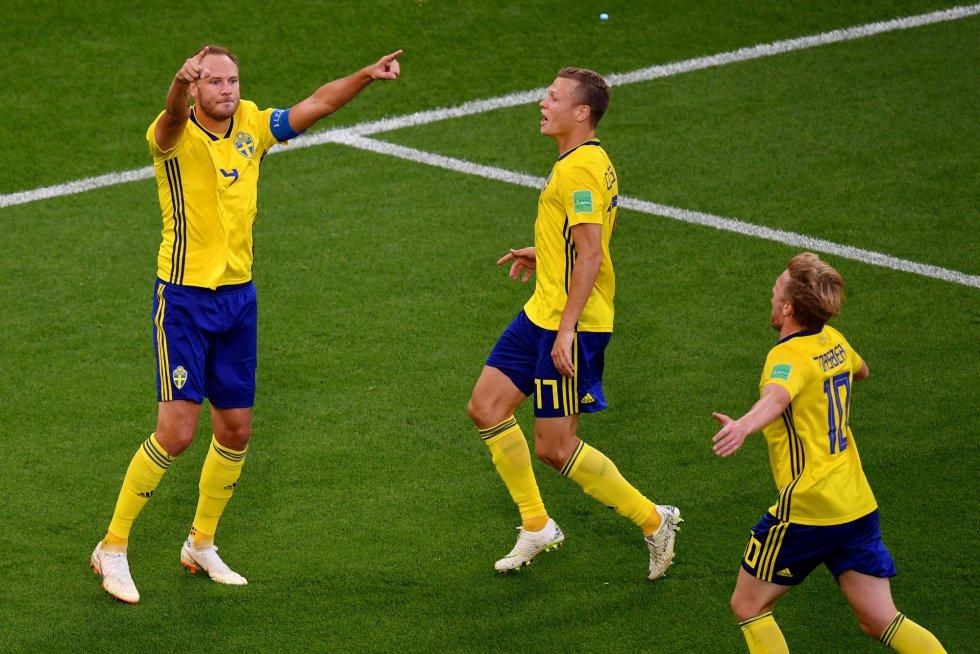 Granqvist celebra el segundo gol con sus compañeros Viktor Claesson y Emil Forsberg.