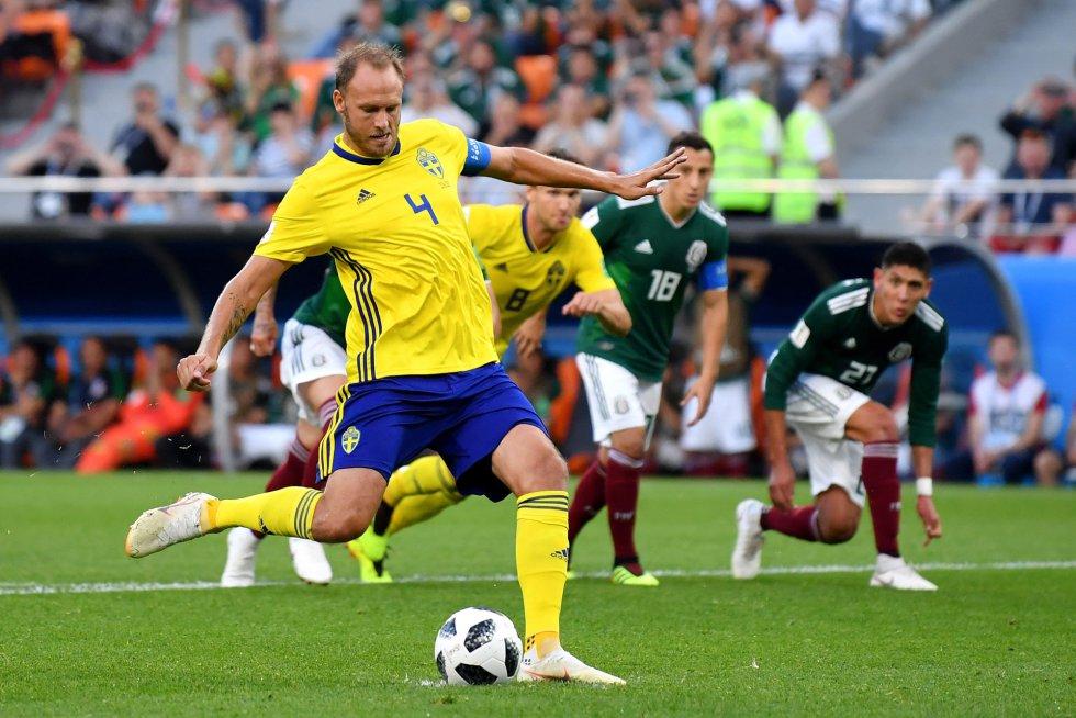 Andreas Granqvist en acción momentos antes de marcar el segundo gol de Suecia.