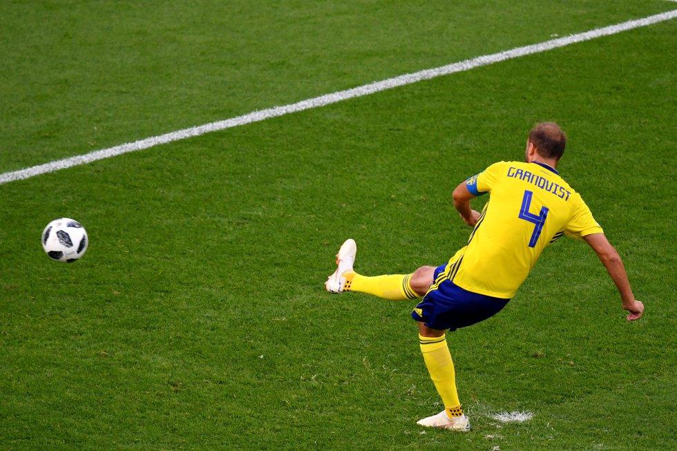 El sueco Andreas Granqvist marca el segundo gol del partido.