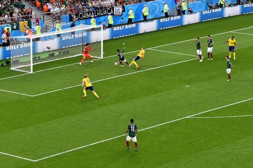 El mexicano Edson Álvarez marca un gol en propia dando a Suecia el 3-0.