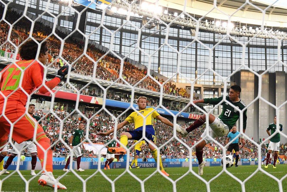 Edson Álvarez de Mexico marca un gol a su propio equipo.