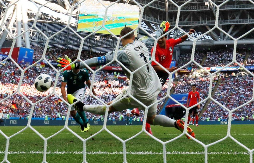 El surcoreano Kim Young-gwon marca el primer gol del partido contra Alemania.
