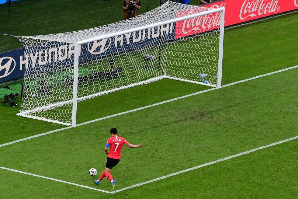 El delantero surcoreano Son Heung-min marca el segundo gol de su equipo.