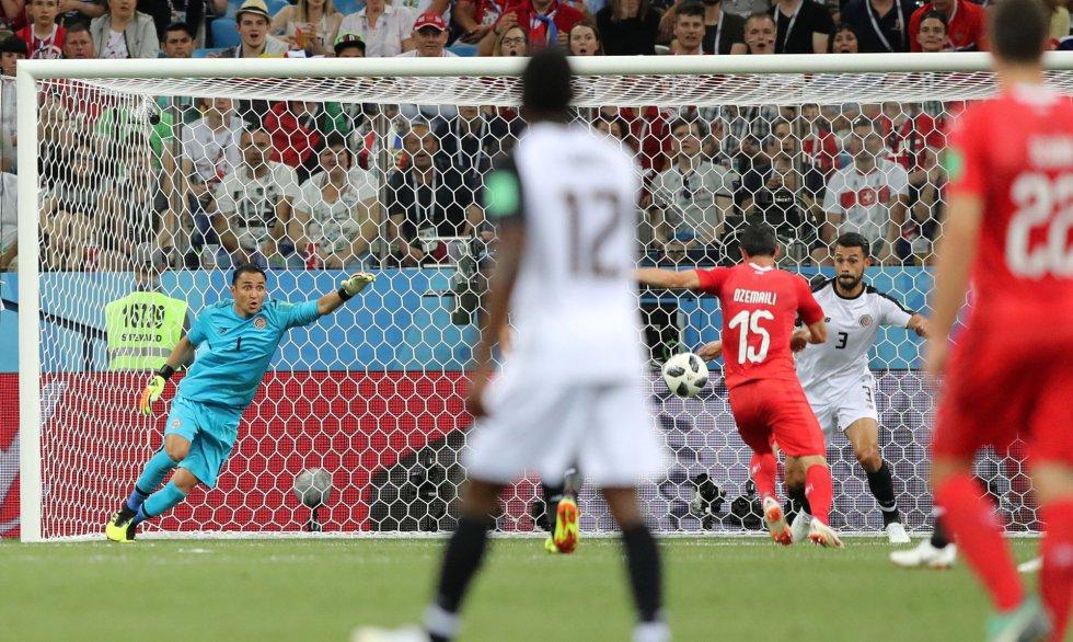 El suizo Blerim Dzemaili marca el primer gol del partido Suiza - Costa Rica.