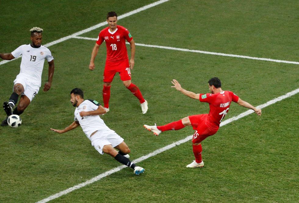 Blerim Dzemaili marca el primer gol de su equipo.
