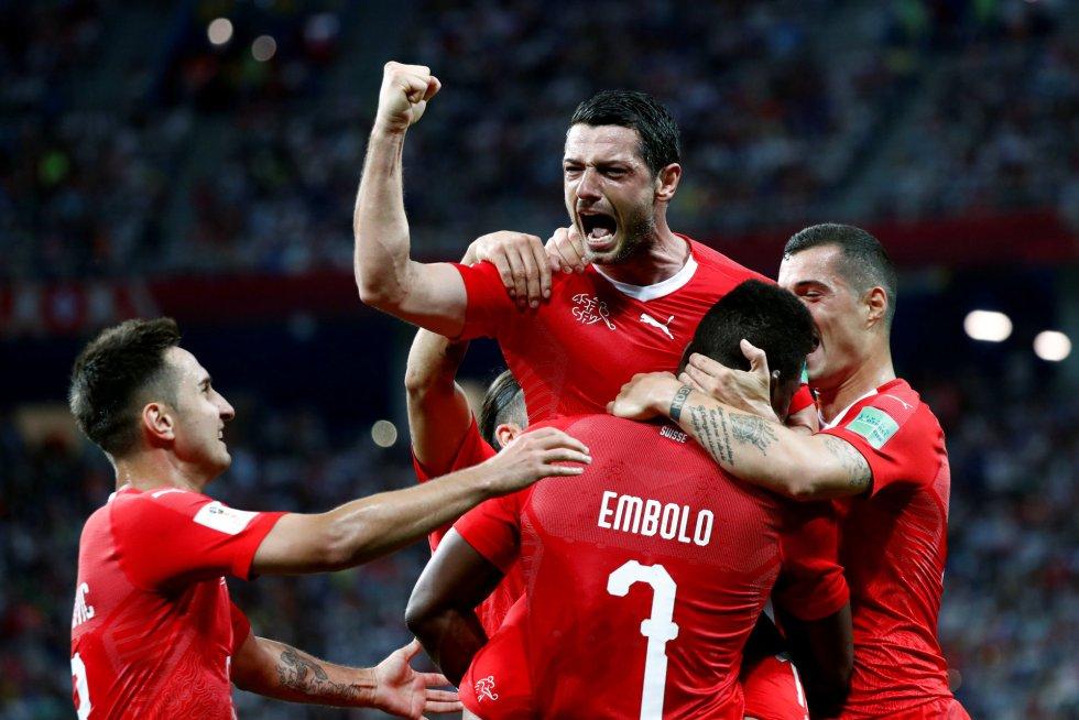 Los jugadores de la selección suiza celebran el gol de Dzemaili.