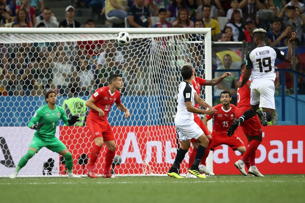 Kendall Waston marca el primer gol de Costa Rica.
