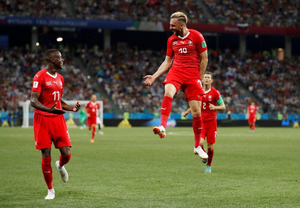 El suizo Josip Drmic celebra el gol.