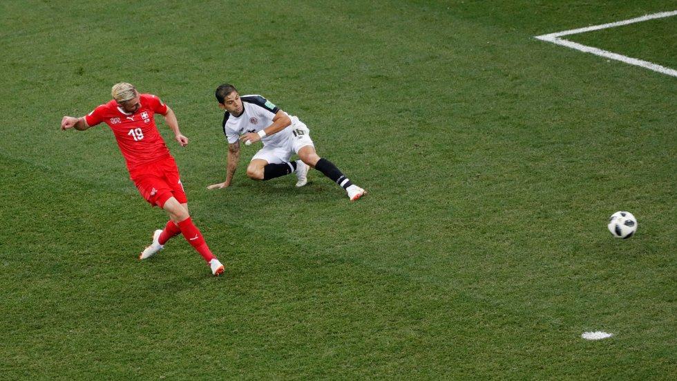 Josip Drmic marca el segundo gol de su equipo.