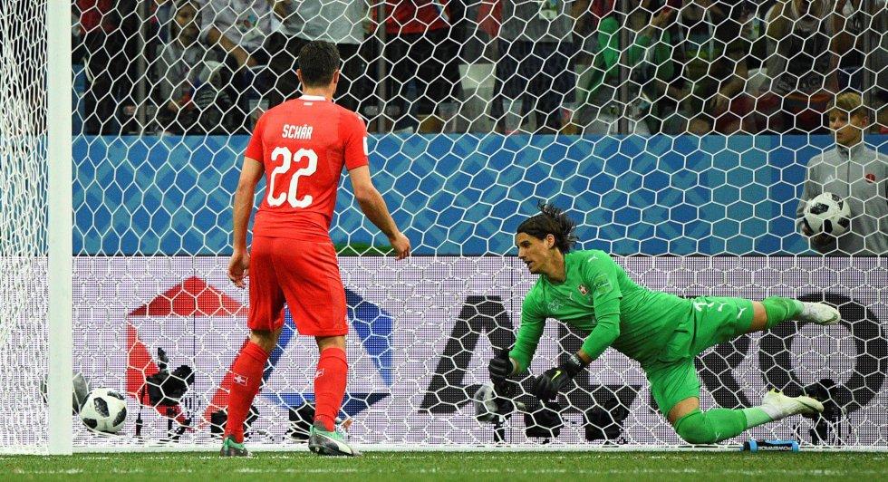 El penalti lanzado por Bryan Ruiz golpea en el larguero y rebota en la cabeza de Sommer.