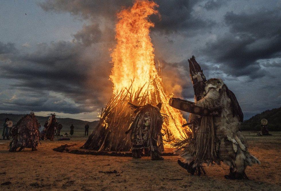 Un grupo de 'Buu', chamanes mongoles, participan en un ritual de fuego destinado a convocar espíritus para celebrar el solsticio de verano en Ulaanbaatar (Mongolia).