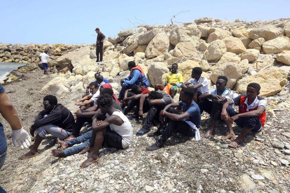 Los migrantes que sobrevivieron al hundimiento del se agrupan en la costa de Al-Hmidiya.