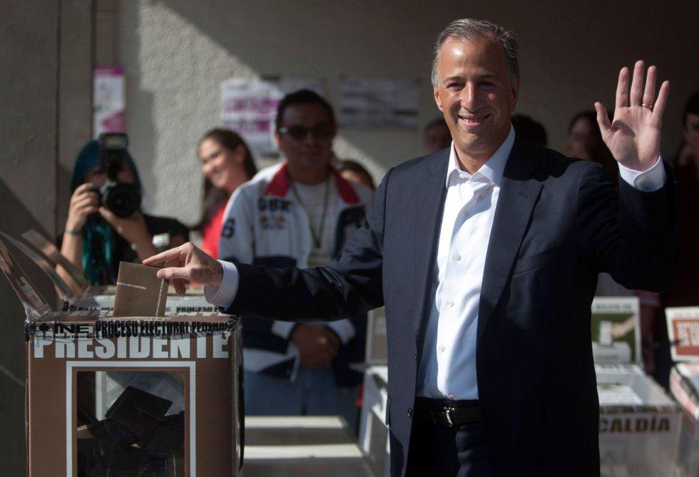 El candidato presidencial José Antonio Meade por 'Todos por Mexico' saluda a los medio gráficos antes de introducir su papeleta.