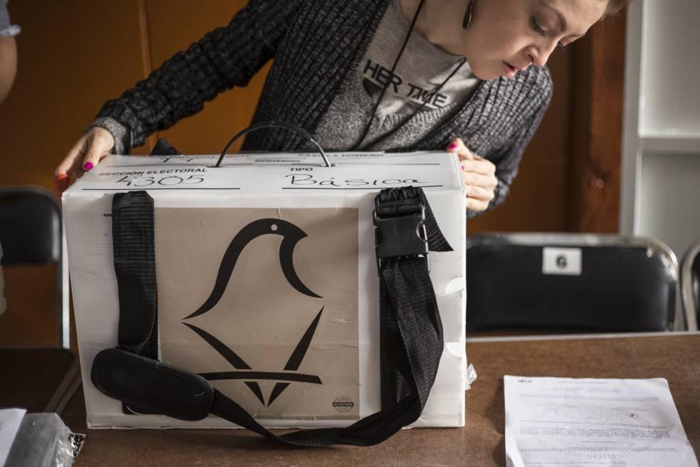 Funcionarios de la casilla de la sección 4305 ubicada en la Ciudad de México se preparan con los paquetes electorales antes de recibir a los votantes. 01 de Julio de 2018.