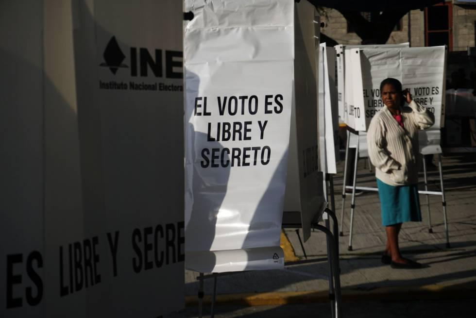 Una mujer espera por su turno de votar en una casilla.
