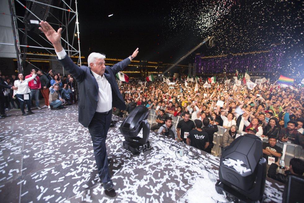 Andrés Manuel López Obrador en el escenario del Zócalo de la Ciudad de México saluda a sus seguidores.