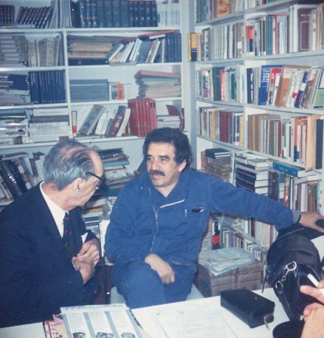 """Juan Carlos Onetti y Gabriel García Márquez, en una imagen sin datar. El escritor uruguayo fue anterior al 'boom' pero, se dejó """"arrastrar por él"""", como dijo. Algunos estudiosos sitúan el nacimiento del 'boom' con la publicación en España por la editorial Seix Barral de la novela 'La ciudad y los perros', de Mario Vargas Llosa, en 1963."""