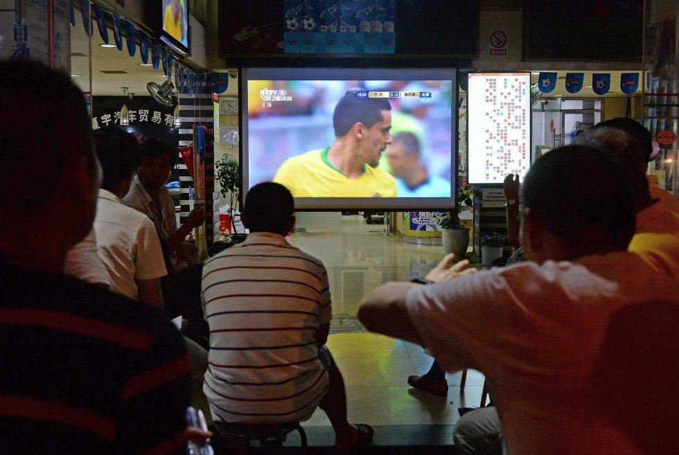 Un grupo de gente ve el partido entre Brasil y México en un bar de Shanghai (China), el 2 de julio de 2018.