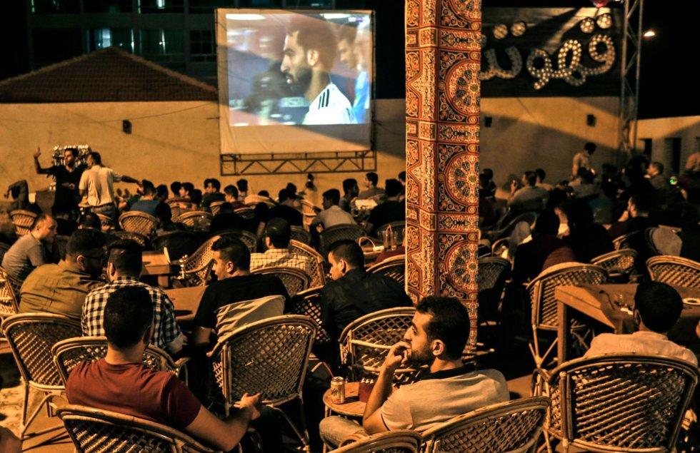 Un grupo de palestinos sigue el partido entre Rusia y Egipto en una cafetería de Gaza, el 19 de junio de 2018.