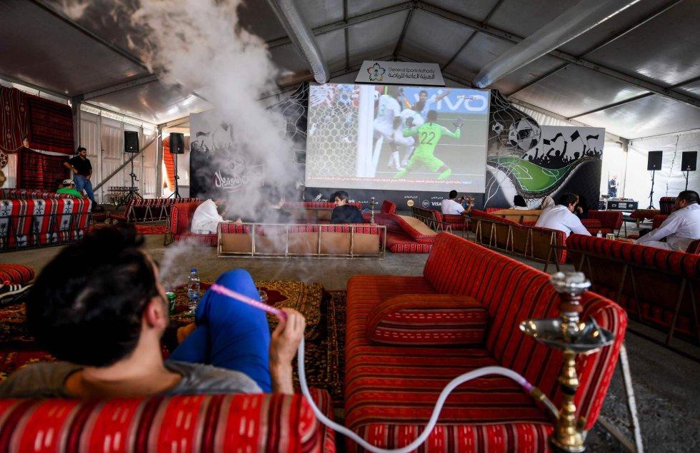 Un hombre ve el partido entre Arabia Saudí y Uruguay mientras fuma en un resort del Mar Rojo en Yeda (Arabia Saudí), el 20 de junio de 2018.
