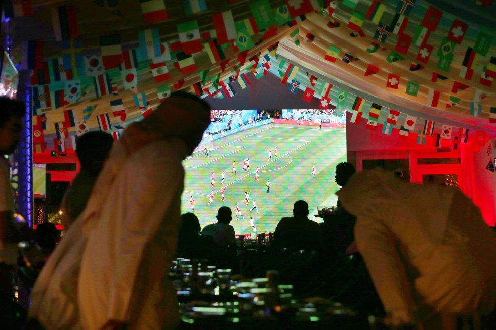 Partido de grupos entre Rusia y Egipto en un bar de Kuwait.