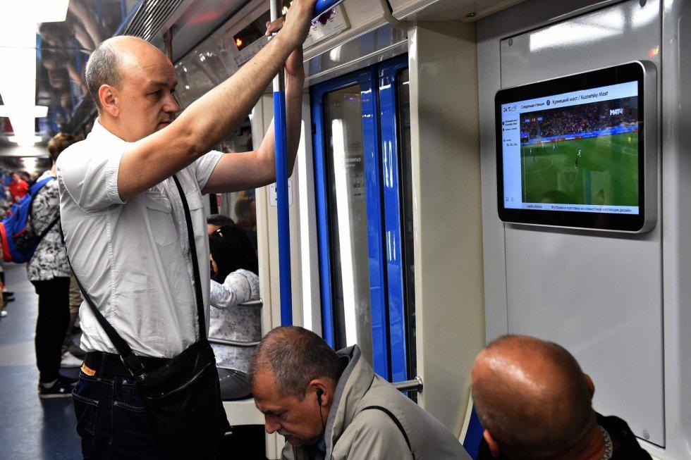 Un hombre en el metro de Moscú sigue el partido entre Francia y Perú, el 21 de junio de 2018.