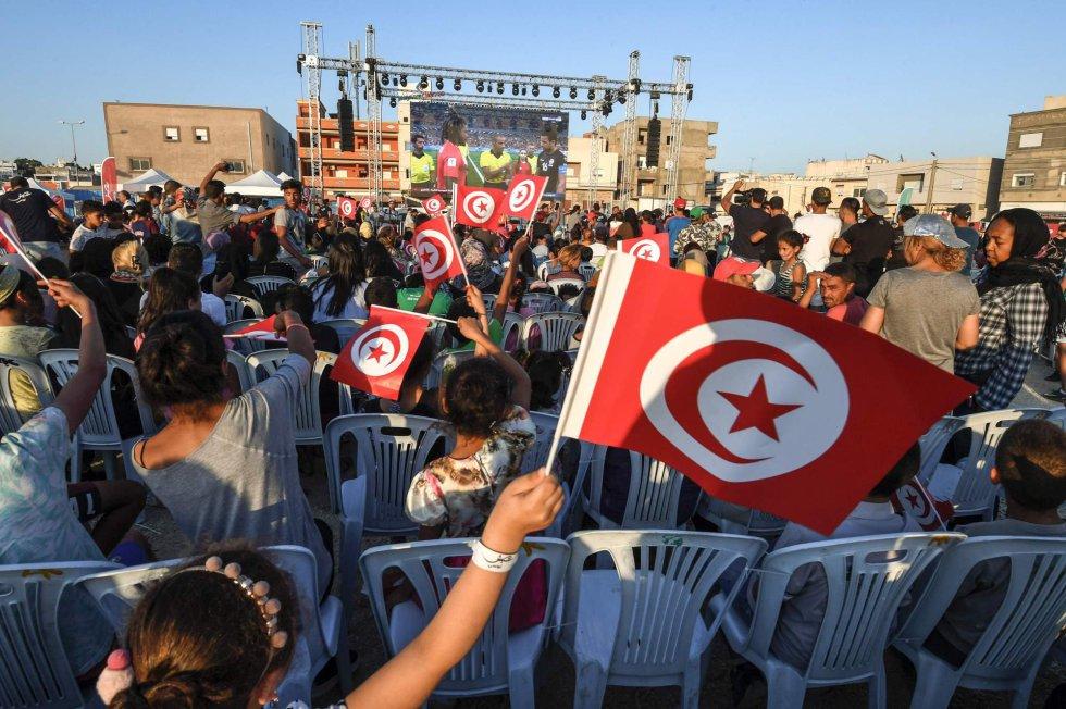 Tunecinos apoyan a su selección antes del partido frente a Panamá en El-Mellassine (Túnez), el 28 de junio de 2018.