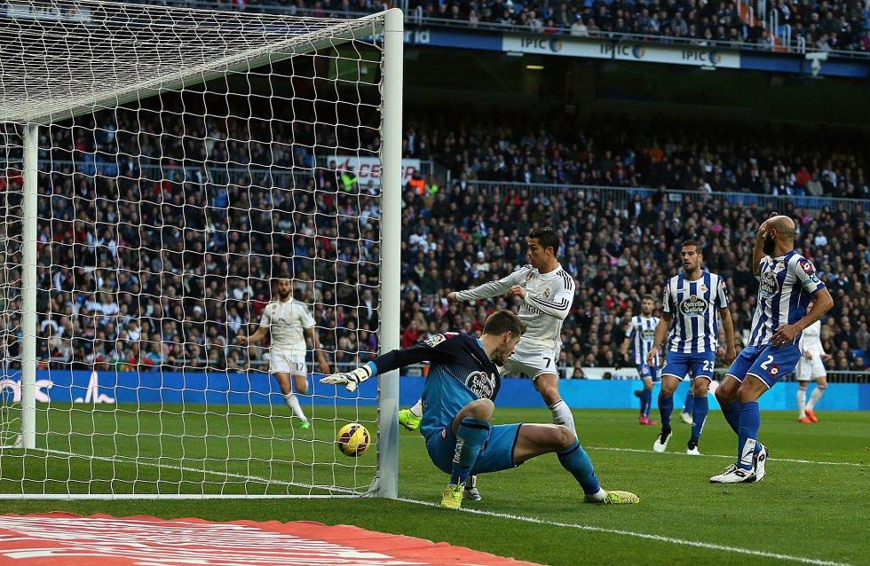 Ronaldo marca ante el Deportivo de la Coruña en un partido de Liga, el 14 de febrero de 2015.