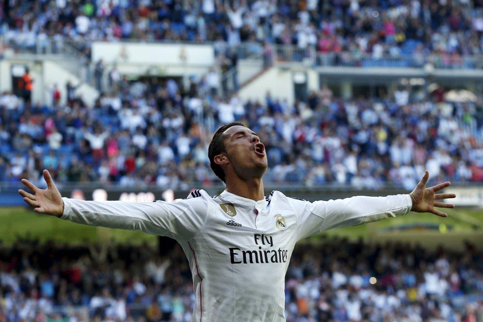 Ronaldo celebra el quinto gol frente al Granada en el Santiago Bernabéu, el 5 de abril de 2015.