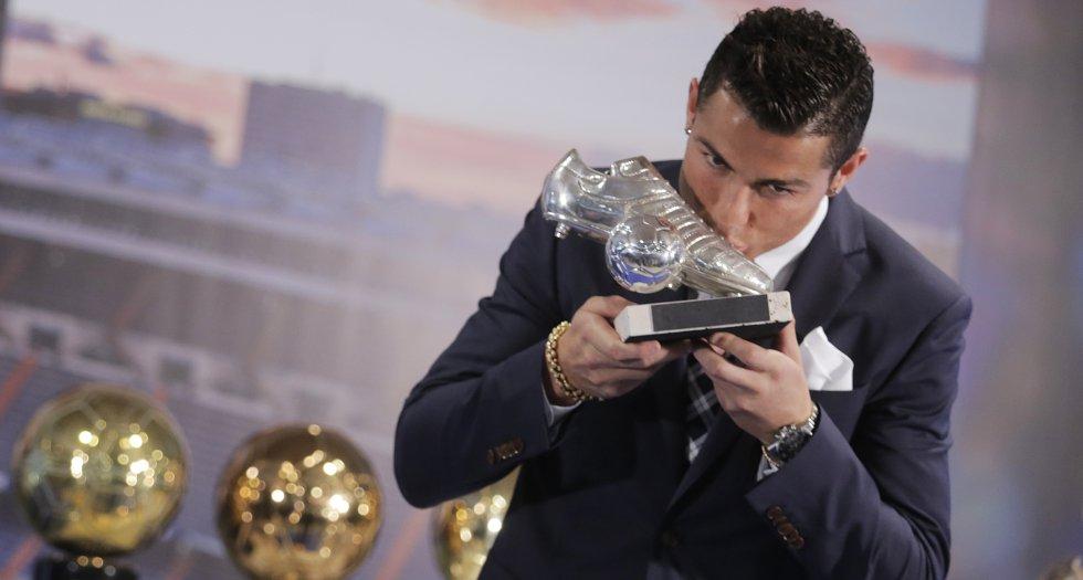 Cristiano Ronaldo durante un acto de homenaje en el Bernabéu. El Real Madrid, con Florentino Pérez a la cabeza, homenajea al delantero portugués tras batir el récord goleador en la historia del club, el 2 de octubre de 2015.