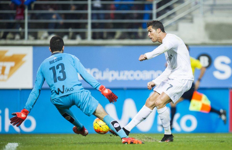 Cristiano Ronaldo chuta frente a Asier Riesgo durante un partido de La Liga frente al Eibar en Ipurúa, el 29 de noviembre de 2015.