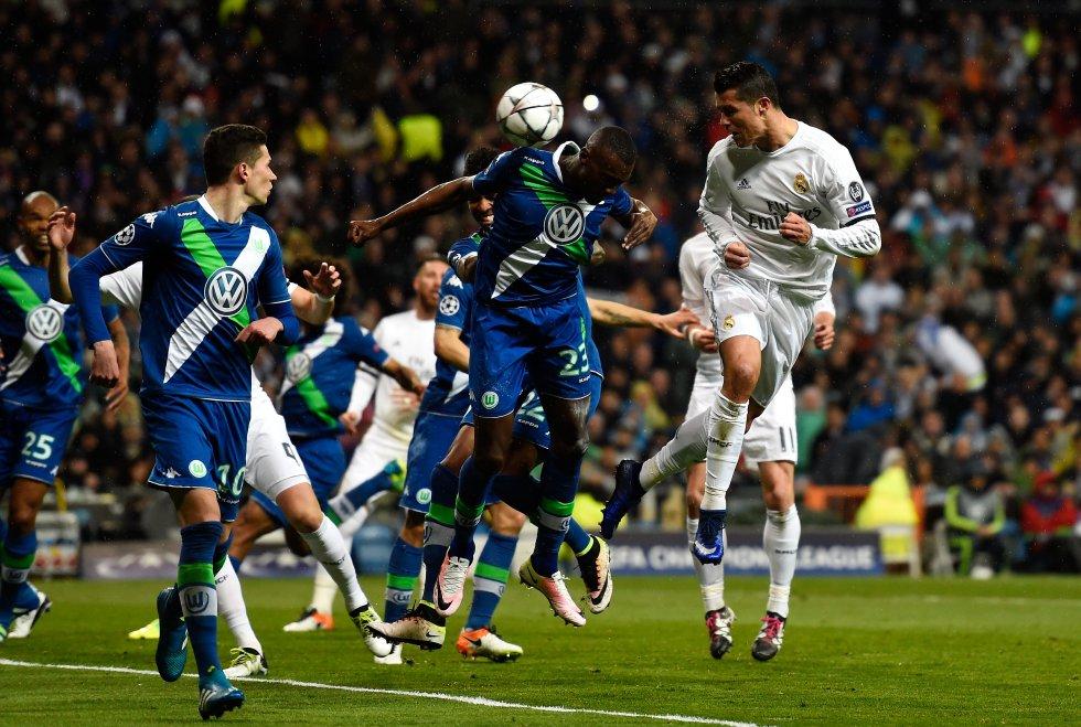 Ronaldo marca su segundo gol en el partido de vuelta de cuartos de final de la Champions League frente al VfL Wolfsburg en el Bernabéu, el 12 de abril de 2016.