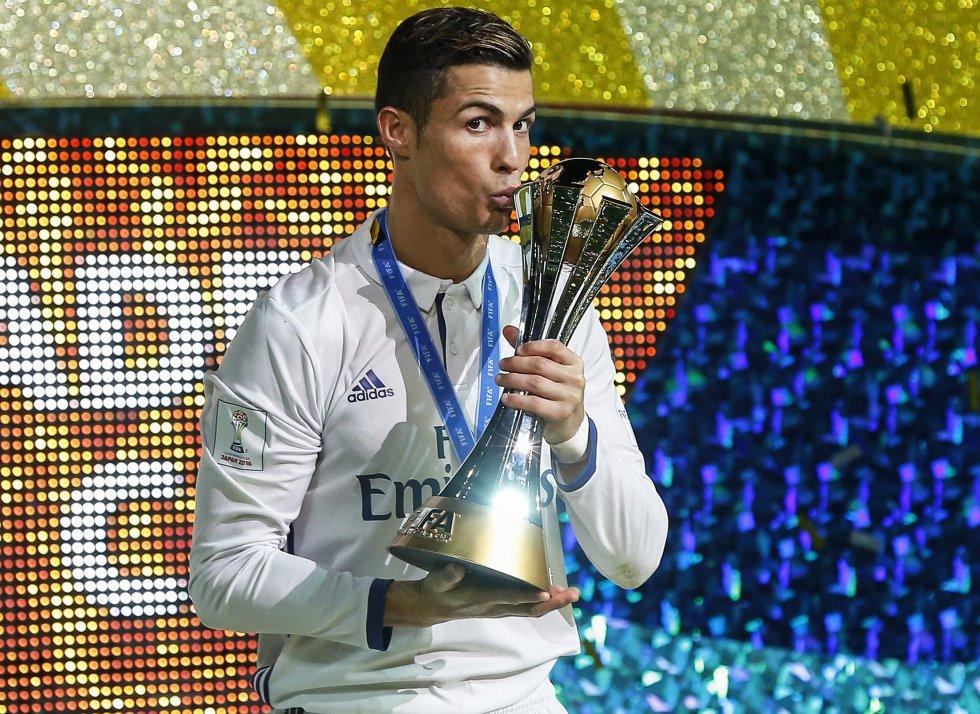 Ronaldo besa el trofeo de la Copa Mundial de Clubes tras ganar por 4-2 al Kashima Antlers en Yokohama (Japón), el 18 de diciembre de 2016.