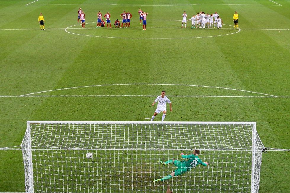 Cristiano Ronaldo marca el último penalti de la tanda ante Oblack, del Atlético de Madrid, durante la final de la Champions celebrada en Milán, el 28 de mayo de 2016.