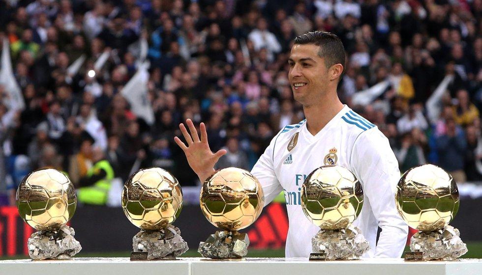 Ronaldo ofrece sus 5 balones de oro al público asistente al Bernabéu antes de un partido de Liga frente al Sevilla, el 9 de diciembre de 2017.