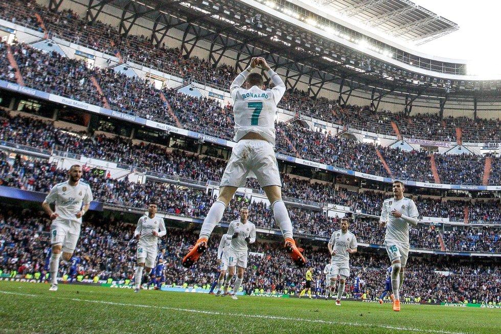 El delantero portugués del Real Madrid Cristiano Ronaldo, festeja un gol durante el partido contra el Deportivo Alavés, el 24 de febrero de 2018.