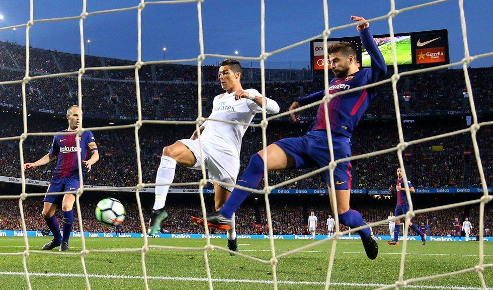 Ronaldo anota durante el clásico de Liga en el Camp Nou frente al Barcelona, el 6 de mayo de 2018.