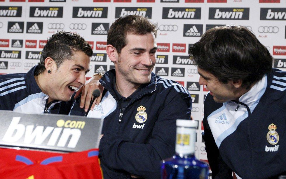 """Cristiano Ronaldo, Iker Casillas y """"Kaká"""" durante una rueda de prensa en el estadio Santiago Bernabéu, el 4 de diciembre de 2009."""