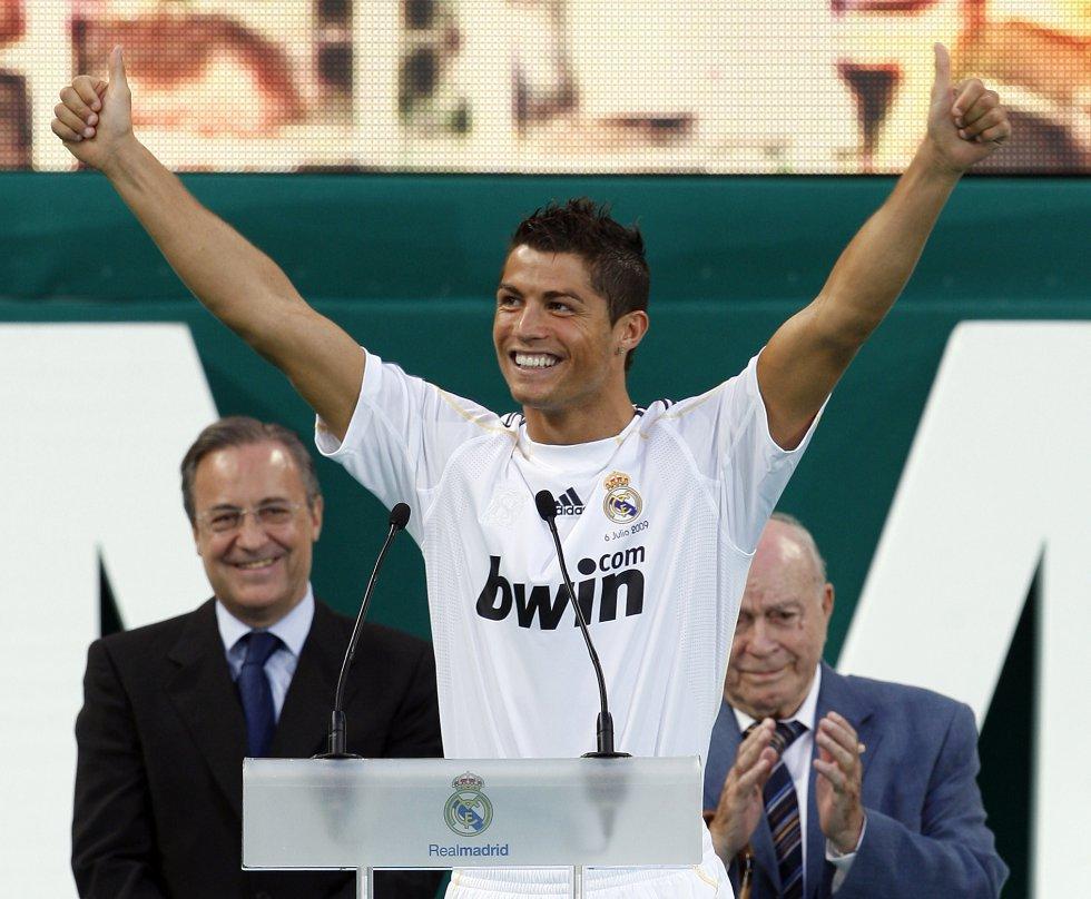 Cristiano Ronaldo durante su presentación como nuevo jugador del Real Madrid en el estadio Santiago Bernabéu el 6 de julio de 2009.