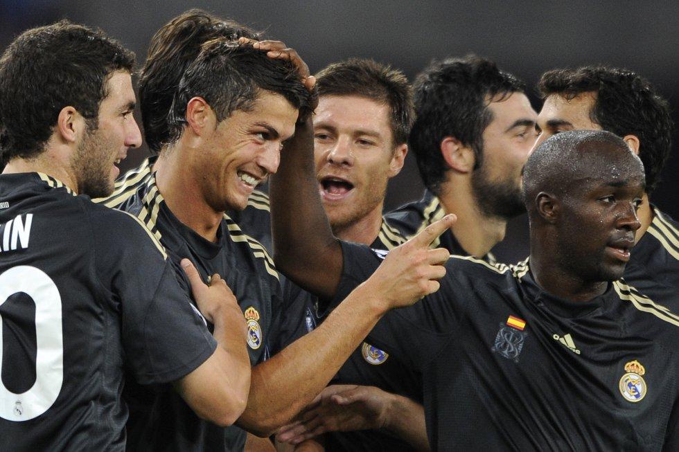 Los jugadores del Madrid felicitan a Ronaldo tras marcar un gol al FC Zurich en un encuentro de Champions, el 15 de septiembre de 2009.