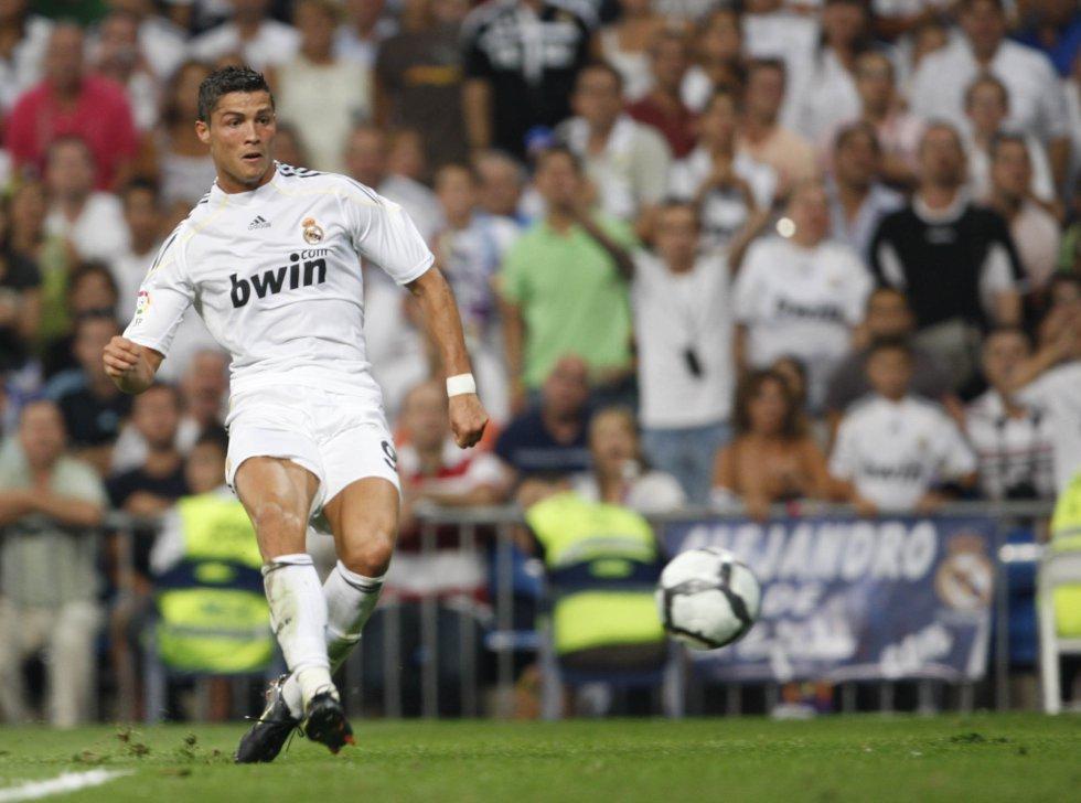 Cristiano Ronaldo golpea el balón durante el partido contra el Deportivo de la Coruña en el que marcaría su primer gol con el conjunto blanco, el 29 de agosto de 2009.