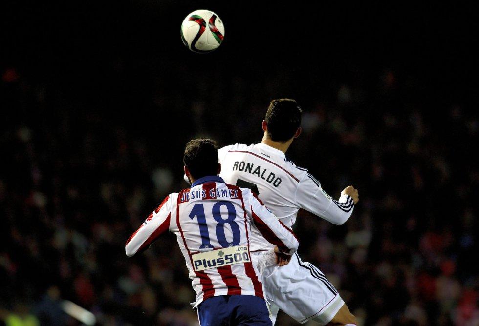 Cristiano Ronaldo lucha un balón con Gámez, del Atlético de Madrid, durante un partido de Copa del Rey, el 7 de enero de 2015.