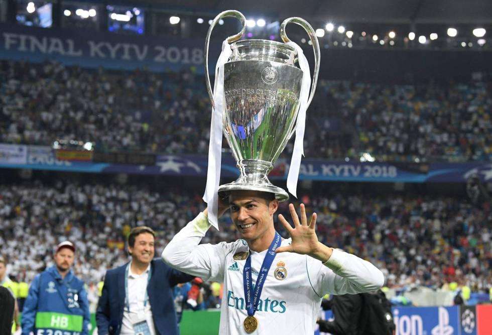 Cristiano Ronaldo celebra sus cinco Champions tras vencer al Liverpool en Kiev (Ucrania), el 26 de mayo de 2018.