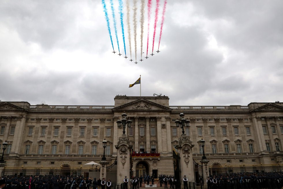 La familia real británica en el balcón de Buckingham Palace durante la exhibición aérea de la Royal Air Force.