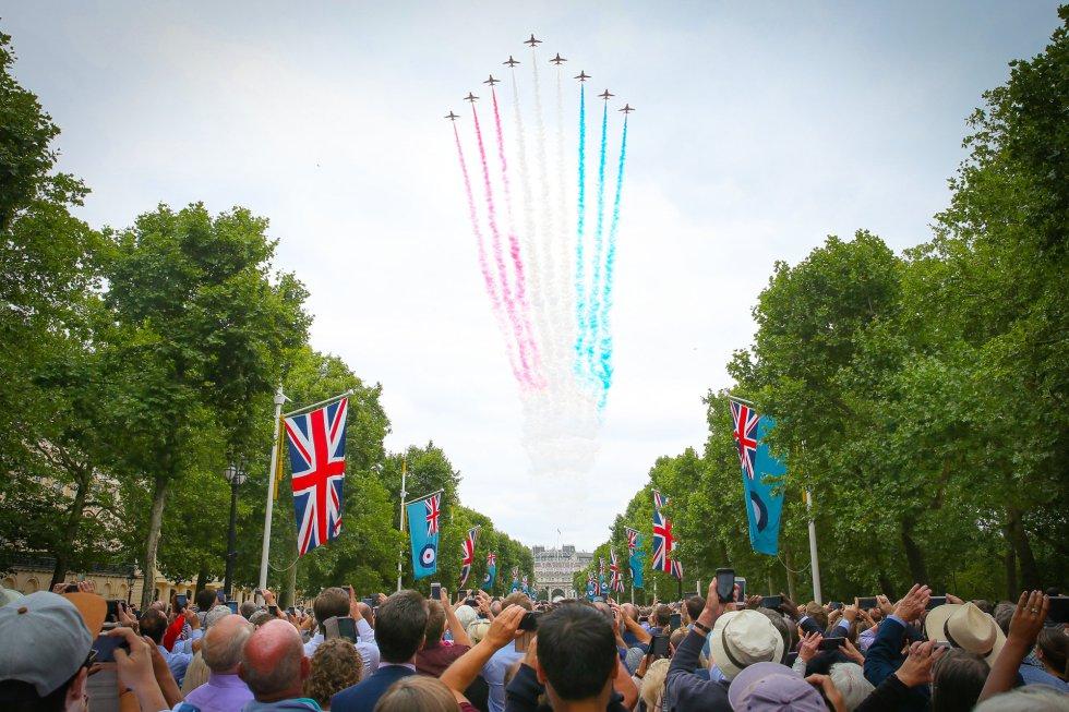 Una multitud se congrega para ver el espectáculo aéreo de la Royal Air Force sobre el cielo de Londres (Reino Unido).
