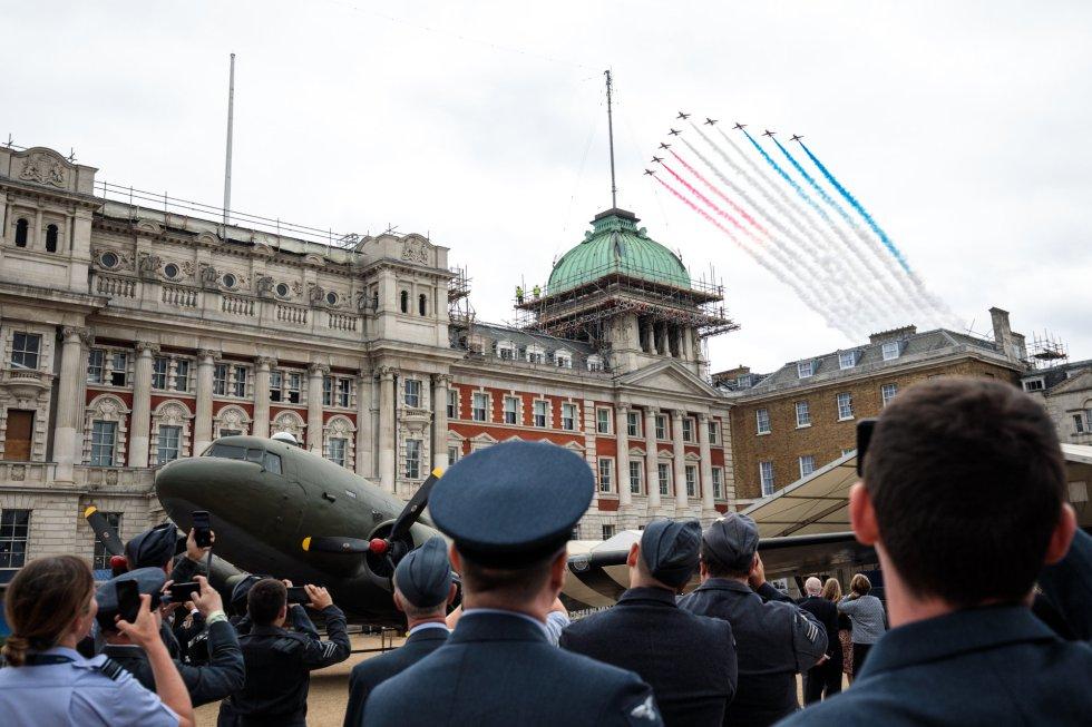 Miembros de la RAF observan el desfile aéreo que homenajea los 100 años de la Royal Air Force celebrado en Londres (Reino Unido).