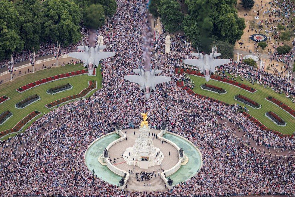 Un grupo de F35 sobrevuela el monumento Victoria Memorial y el Palacio de Buckingham durante las celebraciones del centenario de la RAF.
