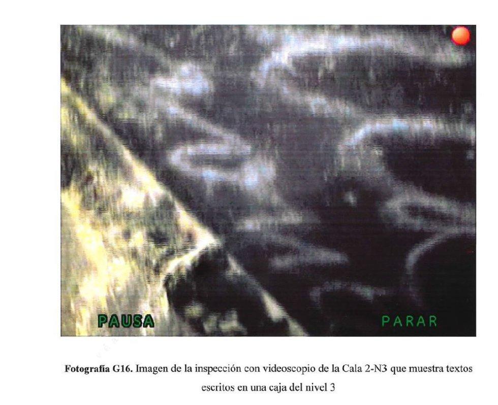 Esta imagen muestra algunas inscripciones que se hicieron con tiza en algunas de las cajas de enterramiento.