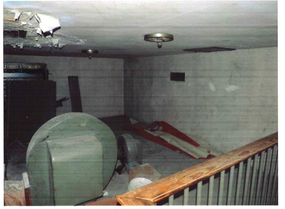 La cala para ver cómo se podía llegar hasta el nivel en que se encuentran los hermanos Lapeña se hizo desde este vestuario, abandonado y lleno de humedades, del Valle de los Caídos