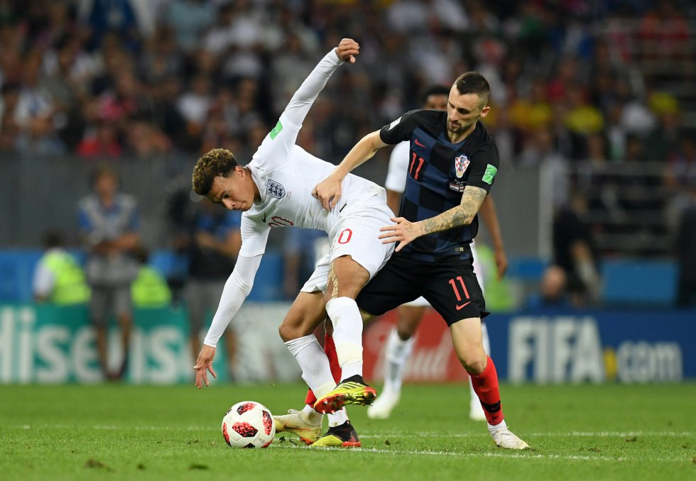 Marcelo Brozovic intenta robar la pelota a Dele Alli.